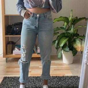 Snygga boyfriend jeans från Monki. Använda ett fåtal gånger pågrund av för små. Frakten ingår i priset! Hör av dig om du undrar något :)