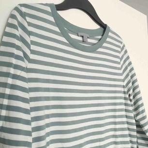 Långärmad tröja med ljusgrön/gråa ränder från COS. Samma passform som sista bilden (men annan färg).