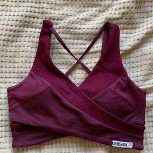 Gymshark topp i dark ruby färg, säljer pågrund av kommer inte till användning.