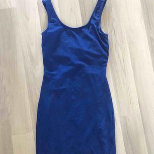 En supersöt tight blå klänning med cool rygg. Fint skick. Frakt tillkommer.