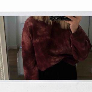 batikfärgad sweatshirt ifrån Pull&Bear! använd max 5 gånger! vinröd! köparen står för frakt!