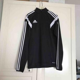 Snygg och smidig tracksuit tröja från Adidas med bra material för att springa oavsett säsong. Använd sällan p.g.a att jag fick den i present och den är inte riktigt min stil. Den har inga skador eller tecken på slitage.