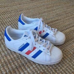Slutsålda Adidas Superstar i strl 39 1/3. Knappt använda! Nypris 999 kr.