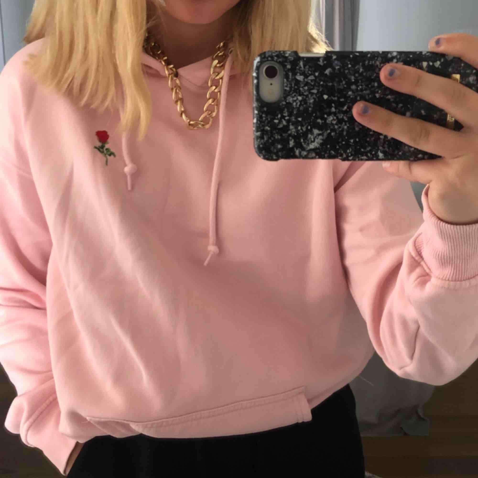 oversized rosa hoodie ifrån junkyard! broderad ros på bröstet. skriv privat för mer bilder. köparen står för frakt! . Huvtröjor & Träningströjor.