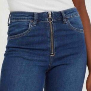 """Kickflare jeans från H&M med fin blixtlåsdetalj framtill. Sitter jättebra på, bra stretch. Aldrig använda så prislappen sitter kvar! Storlek 32"""" alltså typ M/L eller 40-42."""