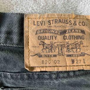 Superfin Lewis jeans med oranga detaljer. Säljer du den blivit förliten