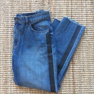 Jeans från Lindex med svart revär i sidan. Storlek 42. Fint skick!