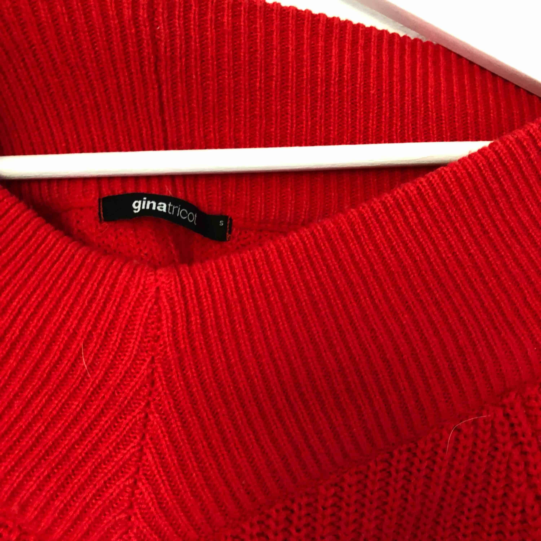 """Stickad """"of-shoulder"""" tröja ifrån Gina. Nästan aldrig använt. Har ett litet hål i övre delen av ena armen (går säkert att sy igen och det syns inte nänmvärt. Betalning sker via swish och frakt tillkommer!💕💕. Stickat."""
