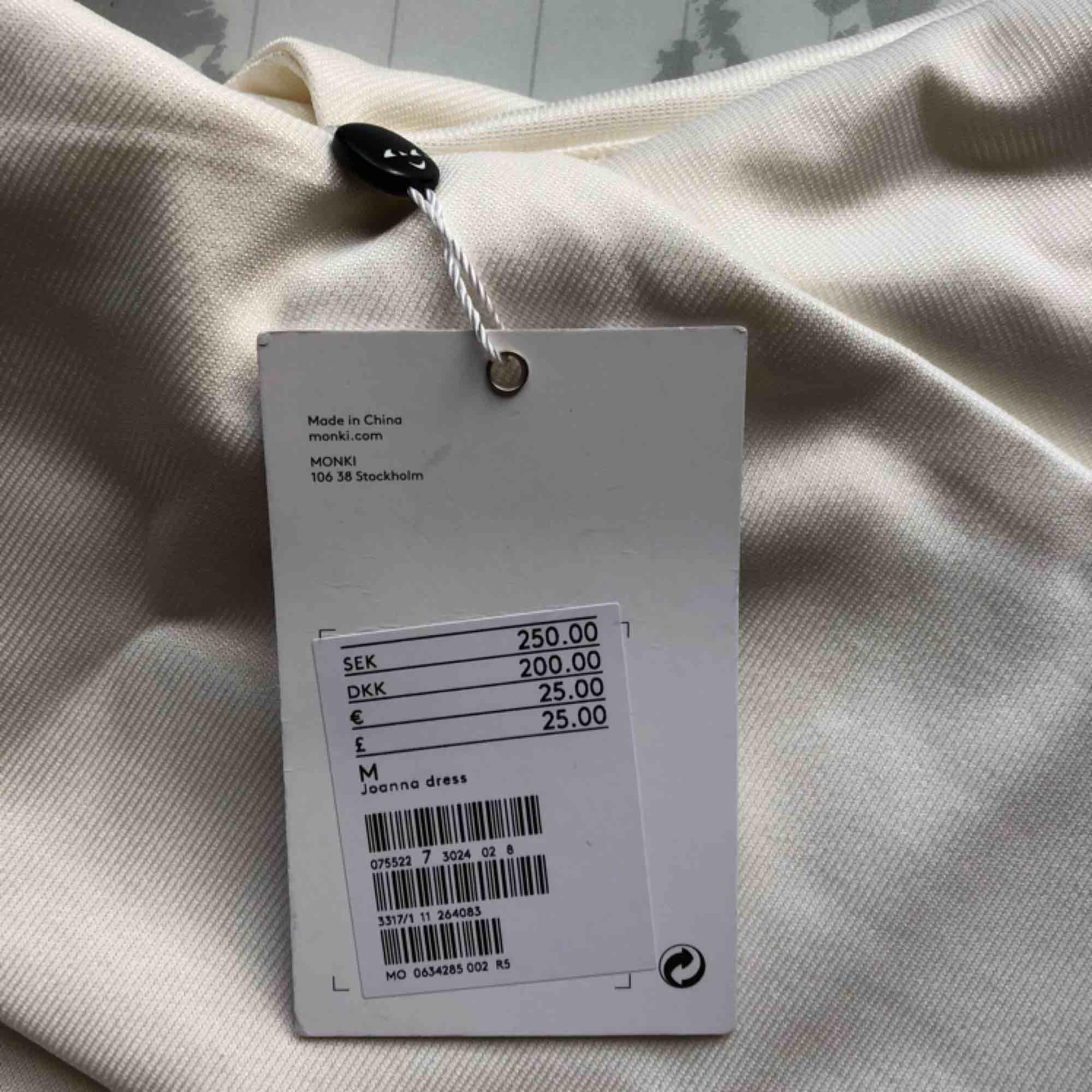 Perfekt studentklänning/avslutningsklänning/konfirmationsklänning! Köpte den själv för student men passade tyvärr inte som jag ville :(( Därför är den aldrig använd med prislappen kvar!  Köparen står för frakt🌹. Klänningar.