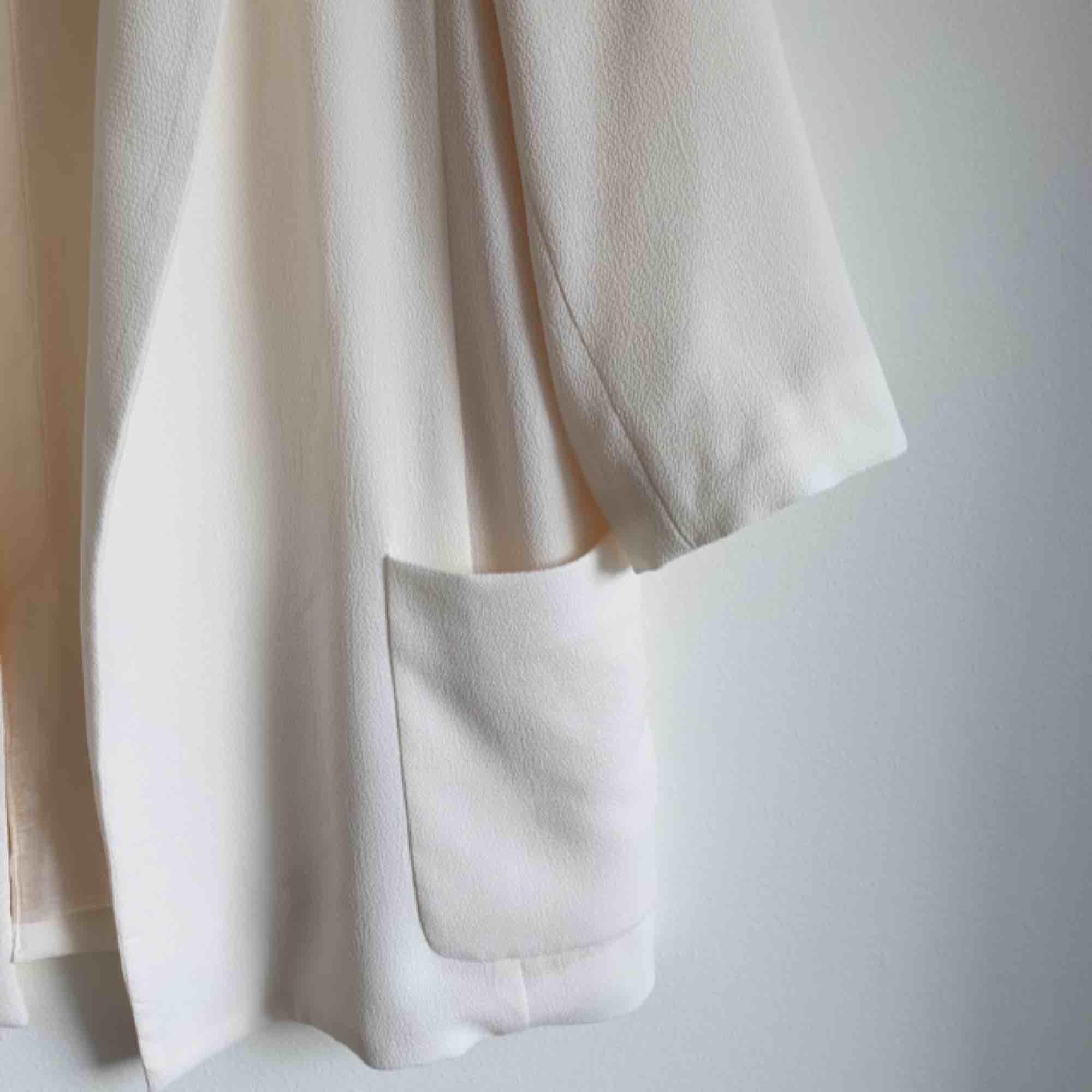 Krämig vit kavaj från Zara. Stl XS. 3/4 ärmar. Nyckick. Hämtas i Uppsala, eller fraktkostnad tillkommer   Obs! Flyttar från Sverige den 20/6 så bestämd er snälla till denna datum om ni önskar köpa . Kostymer.
