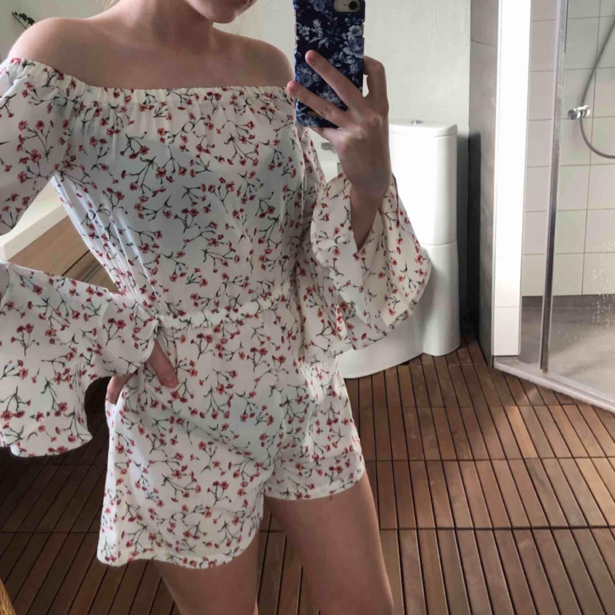Jumpsuit som är perfekt till skolavslutning, midsommar eller bara till sommarn! Endast använd en gång så i fint skick🌼 köparen står för frakt. Klänningar.