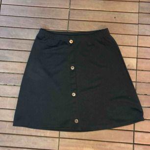 Kjol med knappar som inte går att öppna, aldrig använd, köparen står för frakt