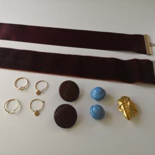 smyckespaket med 2 chokers, 2 ringar, örhängen, clips och en brosch. några moderna, andra vintage/retro. skriv om du har frågor! allt i fint skick.