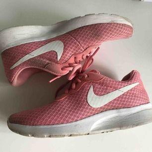 Nike Tanjun. Supersköna och lätta skor. Några små fläckar ( som säkert går att tvätta bort) annars felfritt skick.  Frakt: 50kr.