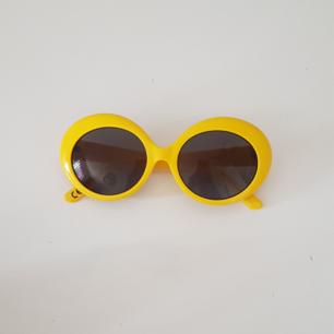 Gula solglasögon från Monki i väldigt bra skick 💛  Frakten är inkluderat 💋