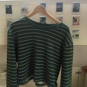 Jättefin retro sweatshirt ifrån Pull and bear. Fint skick. Köpare står för frakt kan även mötas upp i centrala Uppsala.