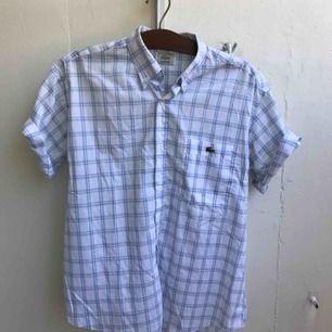 Lacoste-skjorta som sitter snyggt.