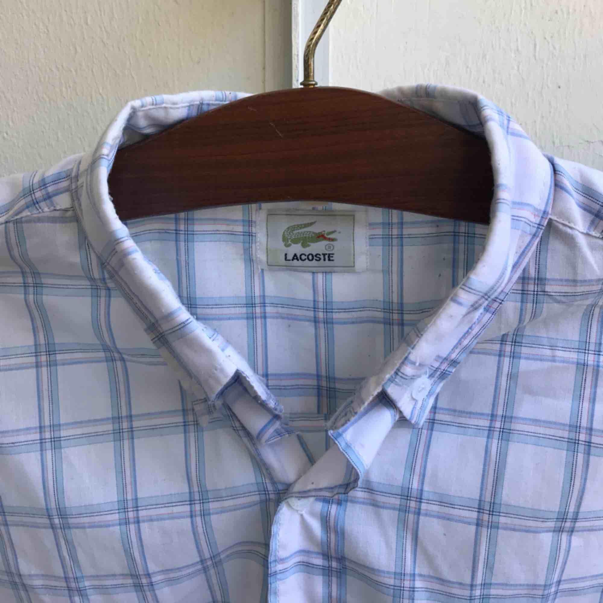 Lacoste-skjorta som sitter snyggt.. Skjortor.
