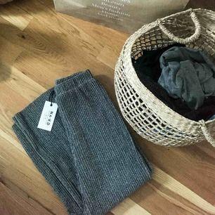 Säljer ett par helt oanvända byxor ifrån NA-KD i stilen 'Glittery Pleated Culottes' med etiketter kvar. Har aldrig fått användning för dem då det inte är min stil. Fler bilder kan skickas vid förfrågan!