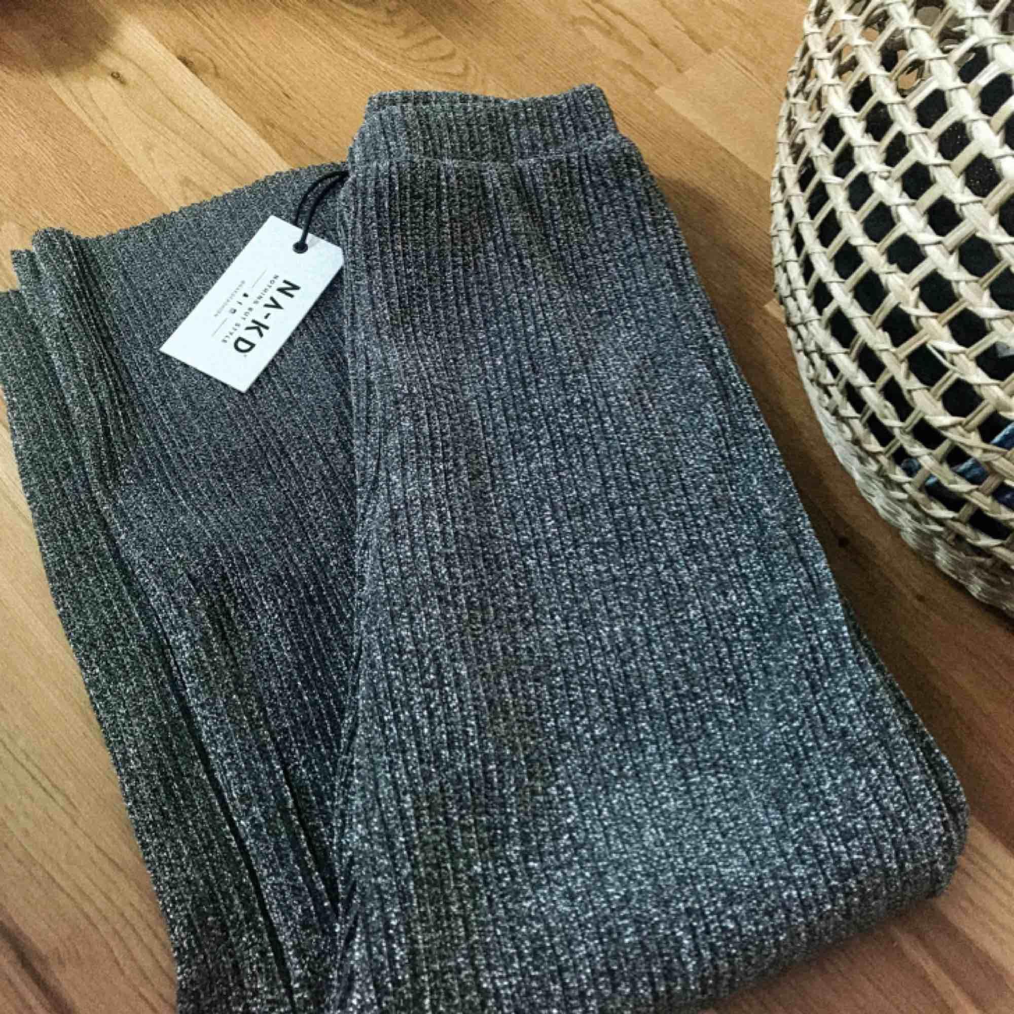 Säljer ett par helt oanvända byxor ifrån NA-KD i stilen 'Glittery Pleated Culottes' med etiketter kvar. Har aldrig fått användning för dem då det inte är min stil. Fler bilder kan skickas vid förfrågan!. Jeans & Byxor.