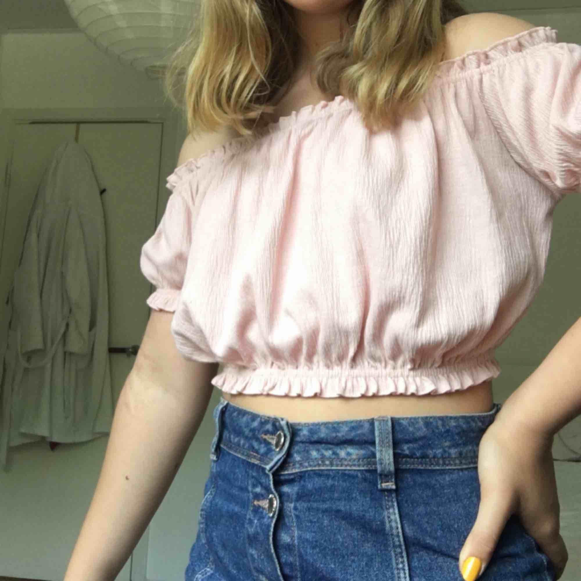 Asgullig rosa off shoulder topp från H&M divided, säljer för halva priset. 18kr frakt. Toppar.