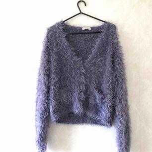Fluffig mysig tröja/jacka från Indigo som har bara hängt i garderoben gör det mesta. Den är i bra skick och har använts ett fåtal gånger. KÖPAREN STÅR FÖR FRAKT