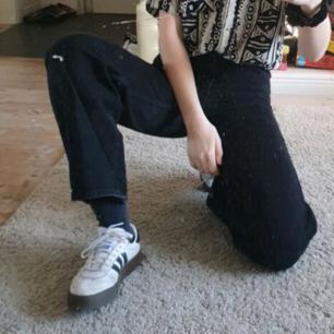 Fina raka gråa/svarta jeans från Monki. Frakten kostar 70 kr :)