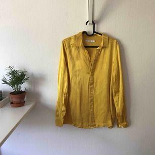 Gul skjorta från NAKD. Glansig i tyget och stor i storleken. Aldrig använd och är i mycket bra skick. Nypris: 399kr Vid köp tillkommer fraktkostnad.