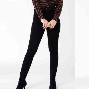 Svarta högmidjade Molly Jeans från Gina Tricot. Superstretchiga och sköna! Använda en del men är i bra skick. Frakt tillkommer