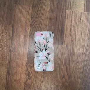 Fint skal för iPhone 7/8, blommorna på skalet lyser lite i mörker(kan skicka bild på det).