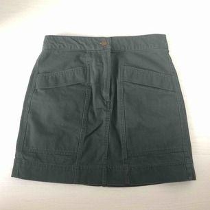 Jättefin oanvänd kjol från HM x Anna Glover. Aldrig använd så i perfekt skick! 100% bomull, tight och rak modell. Första bilden visar färgen bäst. Säljer då jag inte använder den. Frakt ingår i priset! Jag tar swish.