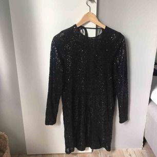 En jättefin festklänning från ginatricot. Köparen står för frakt eller möts upp i Gävle:)