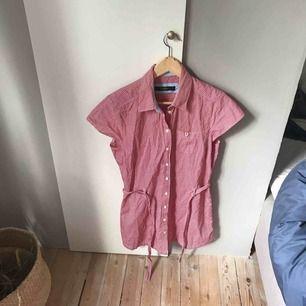 Jättefin skjortklänning som är perfekt till sommaren. Köpt från second hand och är i väldigt bra skick. Köparen står för frakt eller så träffas vi i Gävle:)