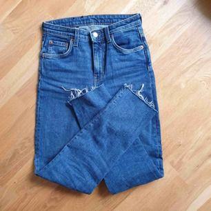 Nya jeans Weekday Way i tvätten Peralta Blue, stl 25/32, avklippta.   Hämtas i Uppsala eller skickar mot frakt betalning