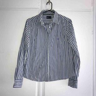 Säljer denna supersnygga och oanvända skjorta från ginatricot. Den är i stl 40, och på mig med XS/s sitter den snyggt men lite oversized! Säljs för 90kr + frakt. Nypris var 299kr💕