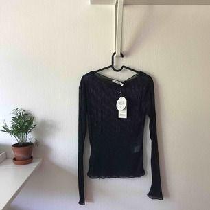 Lila/blå glittrig långärmad tröja från NAKD. Ganska genomskinlig. Aldrig använd och prislappen sitter kvar. Originalpris: 299kr Vid köp tillkommer fraktkostnad.