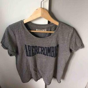 Jättefin t-shirt köpt i London. Använd ett fåtal gånger men är i jättebra skick. Köparen står för frakt eller så möts vi upp i Gävle:)