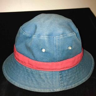 En bucket-hat man kan vända ut och in för olika mönster