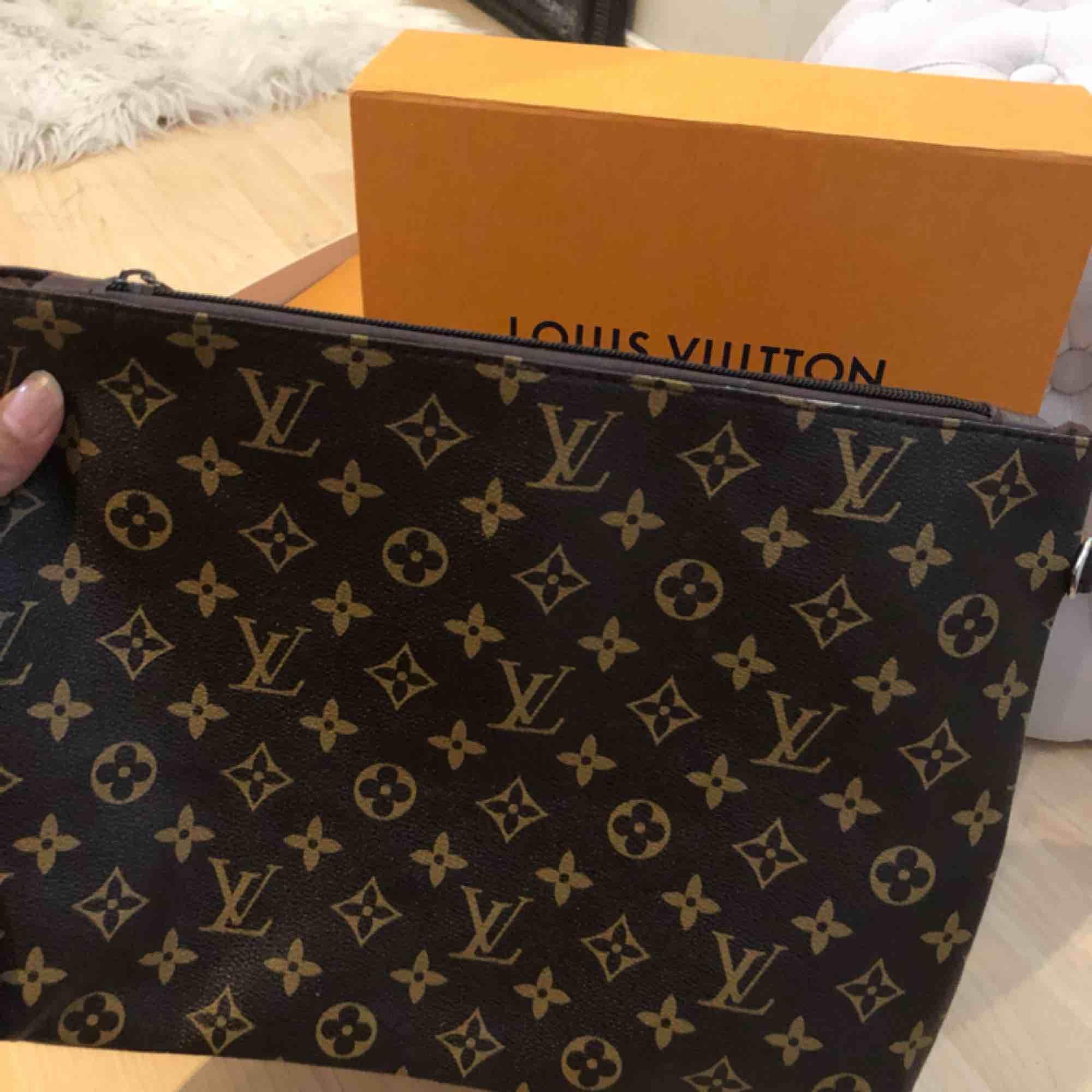 Louis Vuitton clutch (stora modellen) . Väskor.