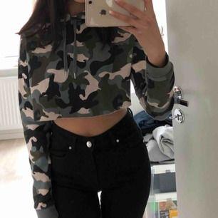 Militär cropped hoodie, passar som xs/s väldigt fint skick knappt använd, finns ej att köpa i butik längre. Har även en luva  Köparen står för frakten, frakten är ej inkluderat