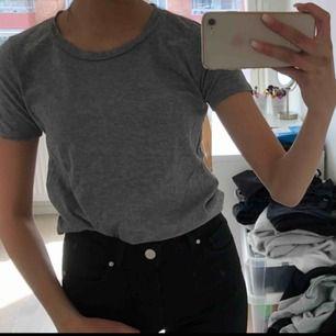 Basic grå t-shirt sjukt skön i materialet, knappast använd och är i fint skick :) Köparen står för frakten, frakten är ej inkluderat