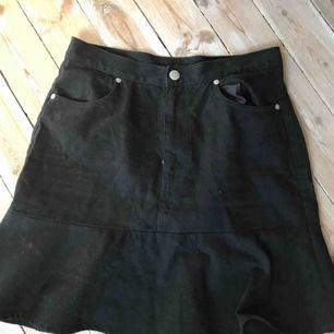 Somrig kjol från monki, använd ett fåtal gånger. Köparen står för frakt eller så kan vi mötas upp i Gävle:)