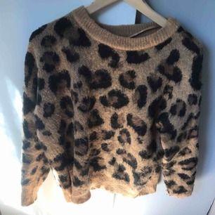 Leopardtröja från primark använd ett fåtal gånger. Köparen står för frakt eller så kan vi mötas upp i Gävle:)