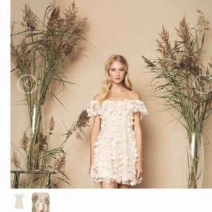 Som ny, använd vid ett tillfälle stl 38. Eftertraktad klänning från Ida Sjöstedt. Cream färg