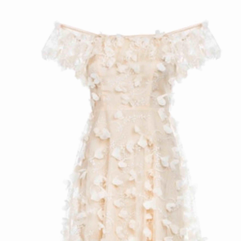 Som ny, använd vid ett tillfälle stl 38. Eftertraktad klänning från Ida Sjöstedt. Cream färg . Klänningar.