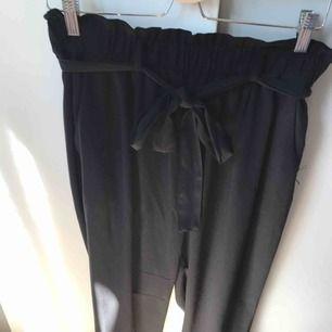 Jättefina kostymbyxor från bikbok. Använd ett fåtal gånger. Köparen står för frakt eller så möts vi upp i Gävle:)