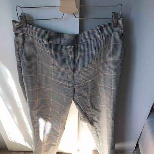Superfina rutiga kostymbyxor från hm i väldigt bra skick. Köparen står för frakt eller så kan vi mötas upp i Gävle:)
