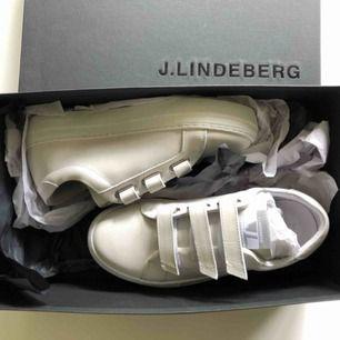Oanvända sneakers i mocka från J.lindeberg. Finns fortfarande att köpa i butik för 1600:-
