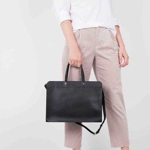 Säljer nu min fina datorväska från Sandqvist i modellen Stina pga inköp av ryggsäck istället.   Väskan är hel men i begagnad skick. Fint om man gillar när skinn inte ser helt nytt ut :-) Köptes för 2795 kr på NK för ca 1 år sedan. Skickas ej.