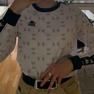 Unisex tröja från Kappa i storlek M. Mycket bra skick. Nypris 450kr. Möts helst upp på söder.